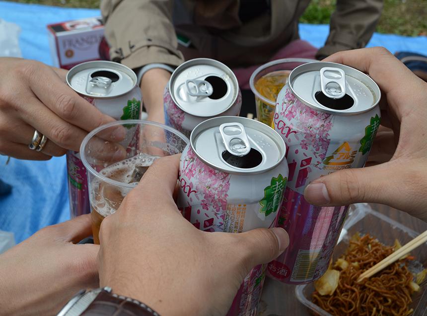 桜バージョンのビールで乾杯