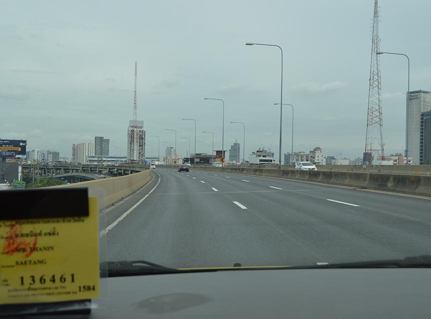 タクシーで40分程かけて、バンコク市内へ!