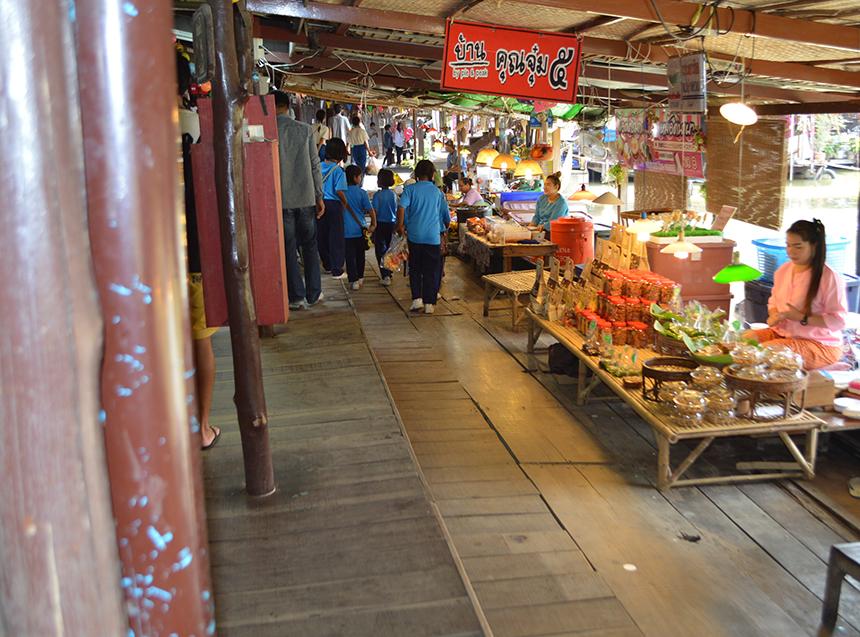 現地でショッピングと食事を楽しみました
