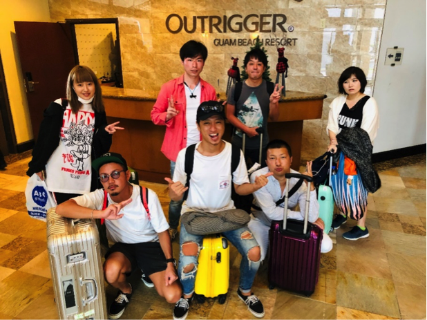 OUT RIGGER HOTEL一階の受付にて集合写真!