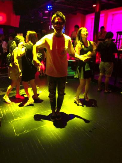 謎の踊りを披露するぶっちさんwww