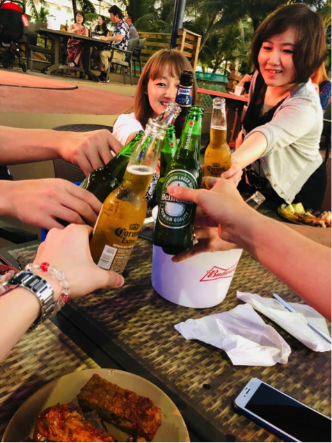 ビールを片手に社員研修一日目に乾杯!!