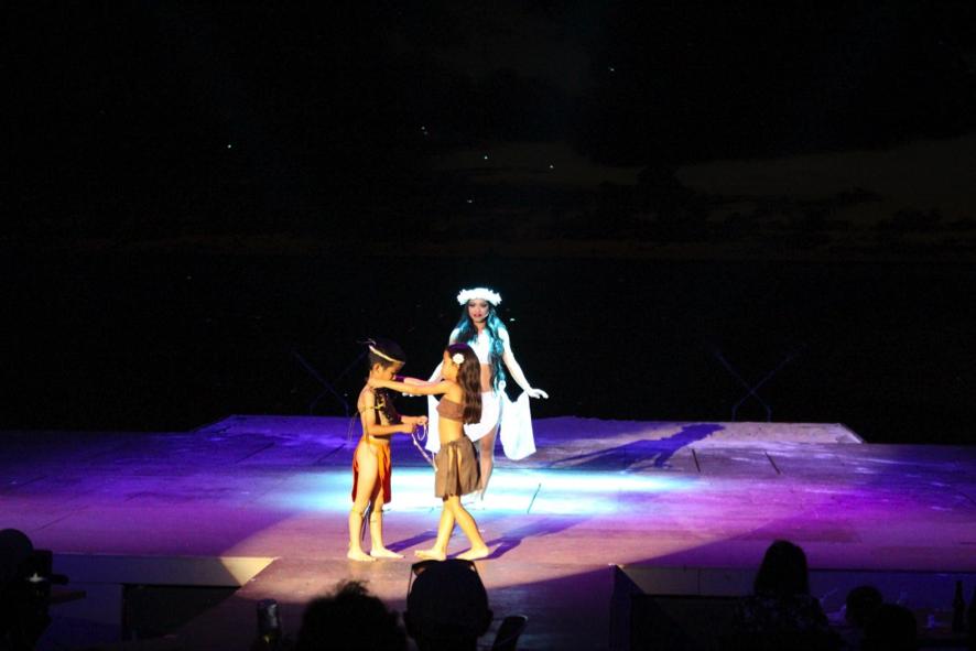 会場が暗くなりステージ上に現れた子供たちと美女