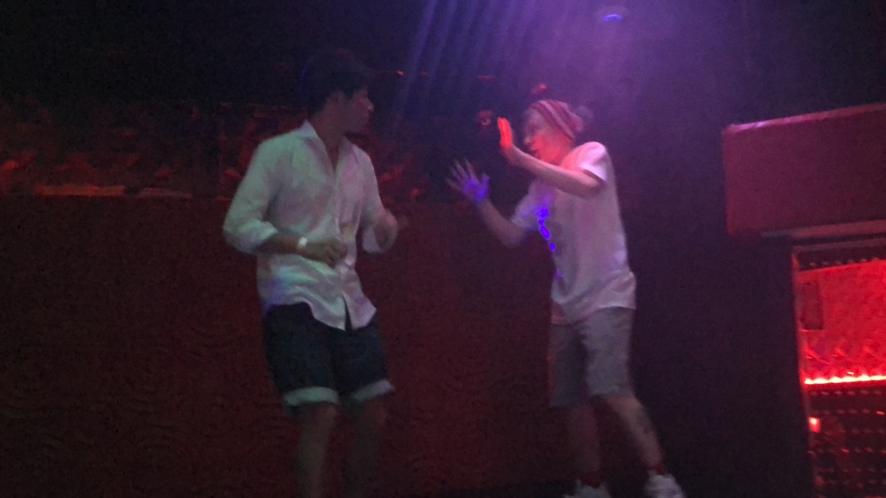 酔っぱらった僕はステージに上がり、 まったく知らない外人さんにダンスバトルを挑んでいましたwww(ダンス未経験w)