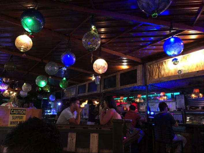 まずはお酒を嗜むため逆バンジーの真横にあったバーへ!