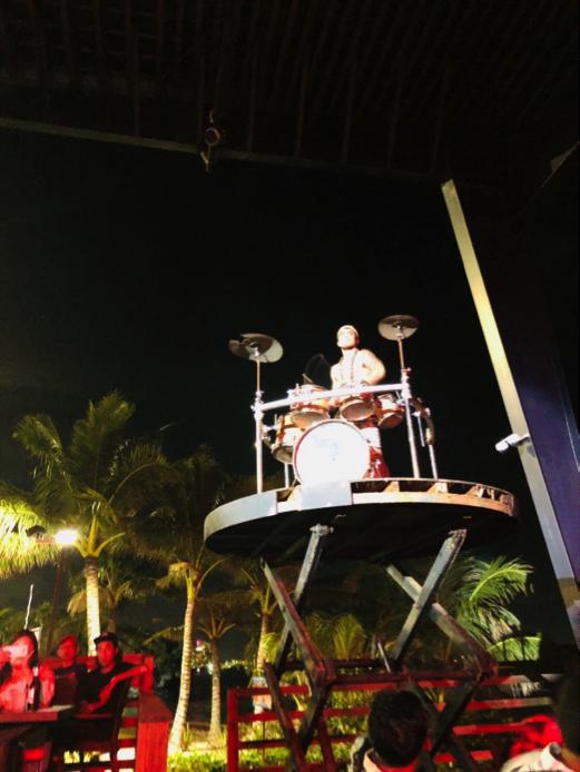 ドラムをダイナミックに叩いたり、