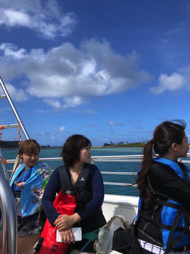 続いては「パラセイリング!!」 まずははある程度風が舞っている沖へと船に乗り進んで行きます。