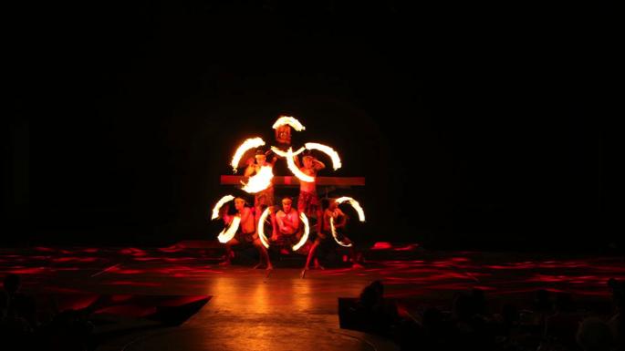 このショーのメインはやはり火を用いたパフォーマンス!